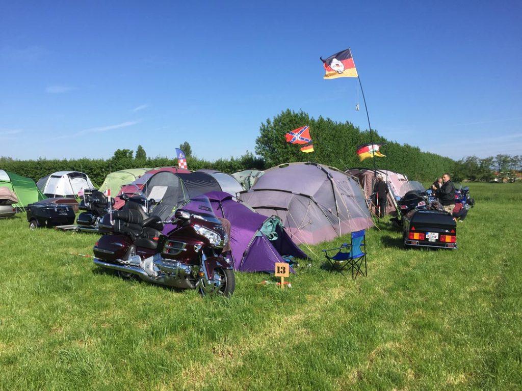 goldwingtreffen mit goldwings und zelten auf einem campingplatz